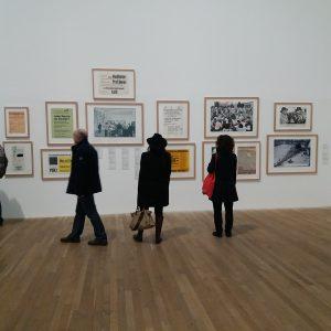 Bild einer Frau die ein Bild von Beuys macht