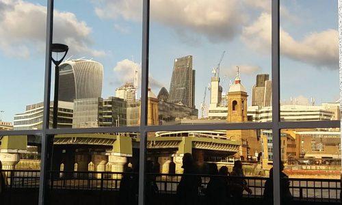 London Skyline Spiegelung im Fenster