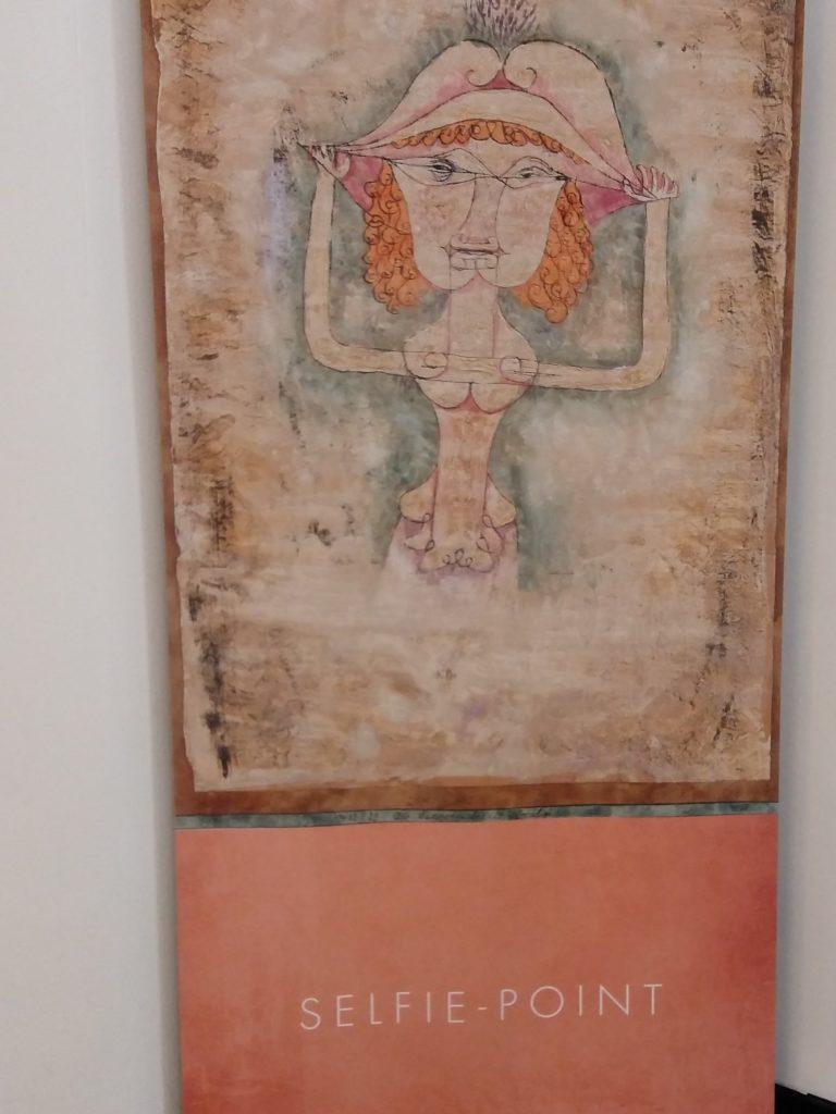 """Selfie-Point am Eingang der Galerie Thomas während der Ausstellung """"Paul Klee Musik und Theater in Leben und Werk"""""""